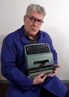 Quim Monzó i la seva màquina d'escriure amb ela geminada